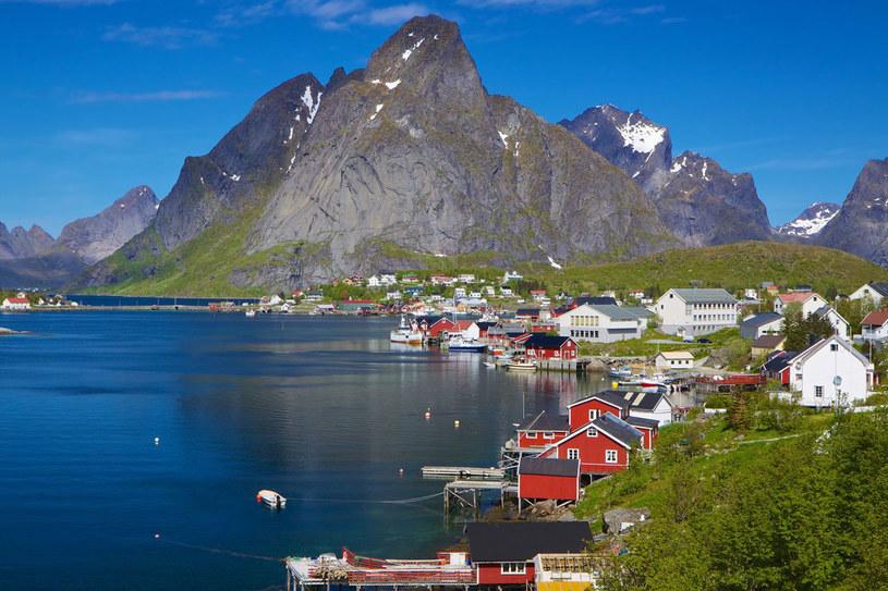 Lofoty to siedem dużych wysp, z którymi mostami połączono kilkadziesiąt wysepek. Na każdej spotkamy czerwonomiedziane domki na palach, zbudowane na skalistym wybrzeżu. A nad nimi poszarpane szczyty. /123RF/PICSEL