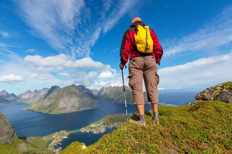 Lofoty to znakomite miejsce na górskie wyprawy pełne widoków na norweskie fiordy /123RF/PICSEL