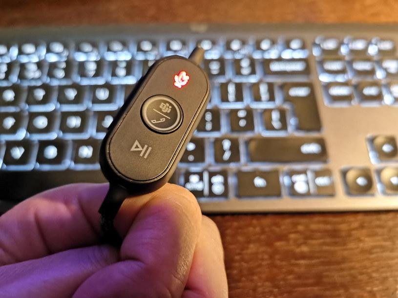 Logitech Zone Wired - pilot przy kablu. Mikrofon jest wyłączony, zatem ikona LED świeci na czerwowo /INTERIA.PL