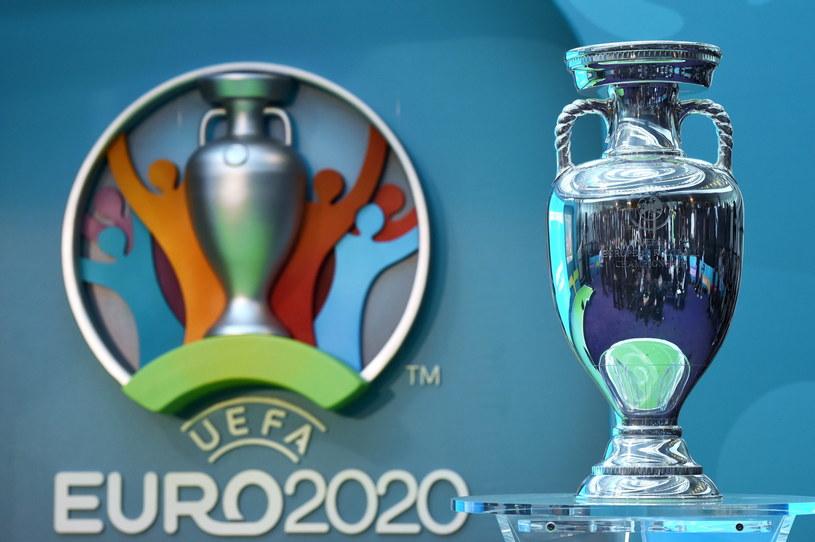 Logo Euro 2020 i trofeum do zdobycia /PAP/EPA