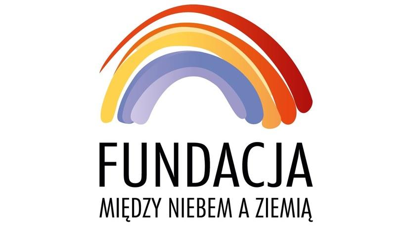 Logo fundacji Między Niebem a Ziemią /materiały prasowe