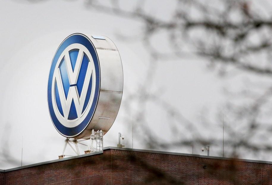 Logo Volkswagena na dachu fabryki koncernu w Wolfsburgu /FOCKE STRANGMANN /PAP/EPA