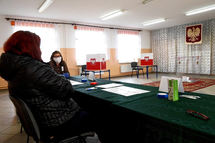 Lokal Obwodowej Komisji Wyborczej nr 7 w Siedliskach w gminie Medyka na Podkarpaciu /Dariusz Delmanowicz    /PAP
