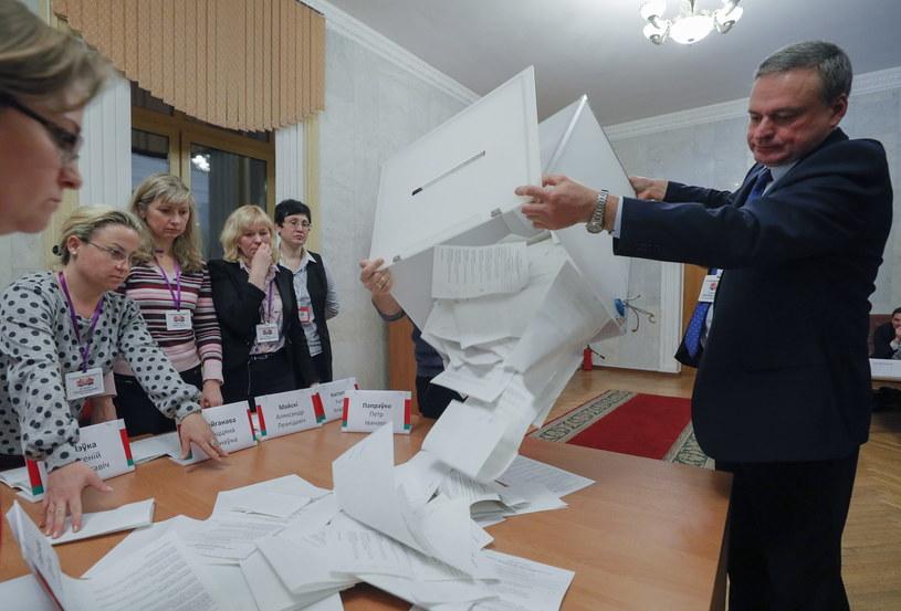 Lokale wyborcze zamknięto w niedzielę o godz. 20 (18 w Polsce) /SERGEY DOLZHENKO /PAP/EPA
