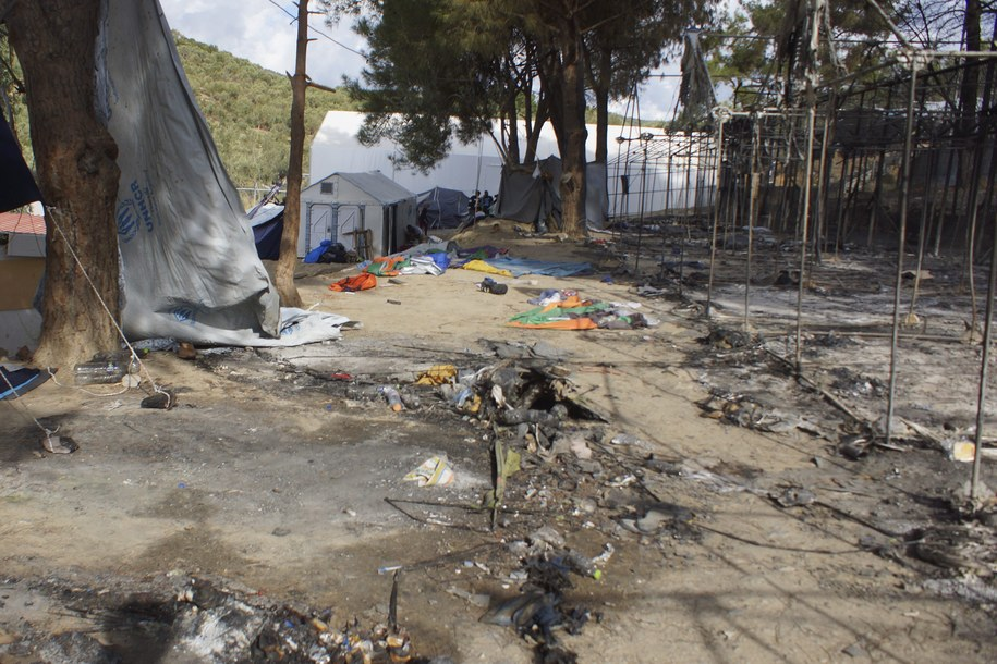 Lokalne władze i grupy broniące praw człowieka skarżą się na warunki w Morii /STRATIS BALASKAS /PAP/EPA