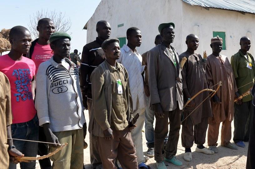 Lokalni mieszkańcy organizują specjalne grupy, by móc walczyć z Boko Haram /AFP