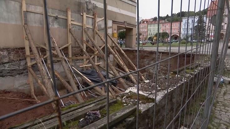 Lokatorzy kamienicy tydzień temu stracili dach nad głową /Polsat News