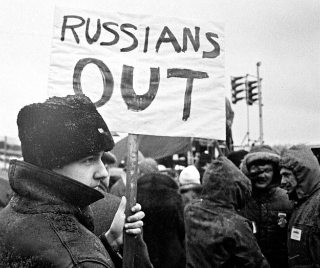 Londyn 20 grudnia 1981 r. Demonstracja przeciwko wprowadzeniu w Polsce stanu wojennego - tysiące manifestantów przeszło z Hyde Parku pod ambasadę PRL /Andrzej Iwanowski /Agencja FORUM
