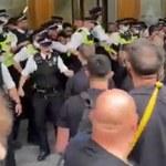 Londyn: Antyszczepionkowcy wdarli się do siedziby Agencji ds. Regulacji Leków. Starcia z policją