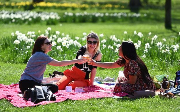 Londyńczycy cieszący się pogodą w St. James's Park / ANDY RAIN    /PAP/EPA