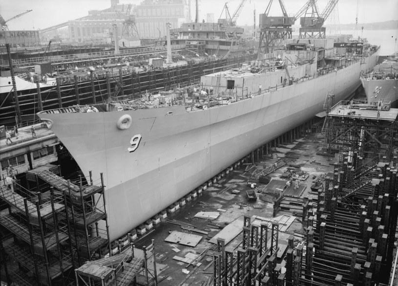 """""""Long Beach"""" w lipcu 1959 roku podczas budowy /US NAVY /domena publiczna"""