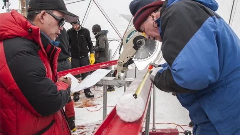 Lonnie Thompson (po prawej) badają lód skrywający wirusy. Fot.  The Ohio State University /materiały prasowe