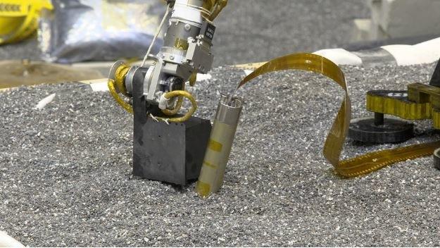 Łopatka ramienia robotycznego repliki sondy InSight, dociskająca w czasie testów grunt w pobliżu Kreta /NASA