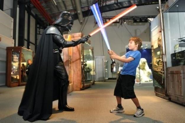Lord Vader drogę wskaże. Ale czy przy okazji nie przeciągnie nas na Ciemną Stronę? /AFP