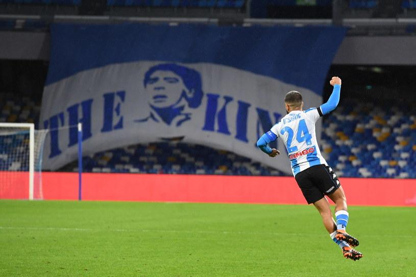 Lorenzo Insigne celebruje trafienie w meczu z AS Roma. W tle transparent upamiętniający Diego Armando Maradonę. /CIRO FUSCO /PAP/EPA