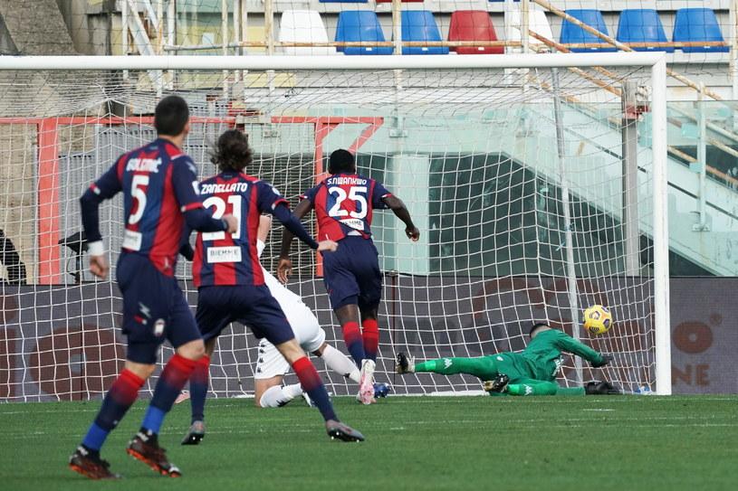 Lorenzo Montipo nie zdołał obronić piłki po pechowej interwencji Glika /CARMELO IMBESI /PAP/EPA
