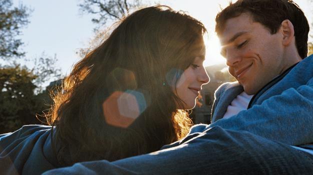 """Los nie chce, żeby byli razem? Lily Collins i Sam Claflin w scenie z filmu """"Love, Rosie"""" /materiały dystrybutora"""