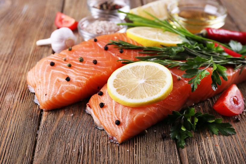 Łosoś jest źródłem cennych dla zdrowia kwasów omega-3 /123RF/PICSEL