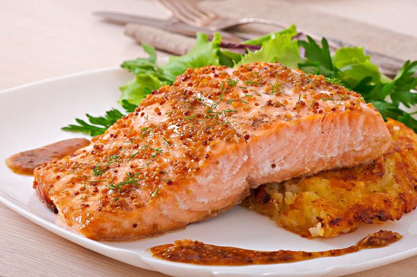 Łosoś to tłusta ryba, która idealnie nadaje się do pieczenia w piekarniku /123RF/PICSEL