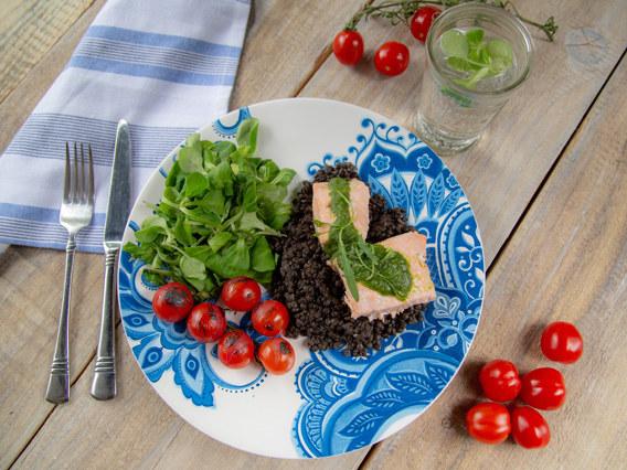 Łosoś w parze z soczewicą to propozycja Ewy Wachowicz na dietetyczny obiad /materiały prasowe