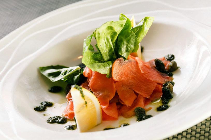 Łosoś w takiej wersji może stanowić miłą odmianę obiadową /123RF/PICSEL
