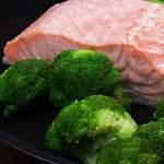 Łosoś z warzywami i surówką