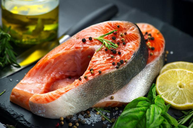 Łosoś zawiera kwasy omega-3 /©123RF/PICSEL