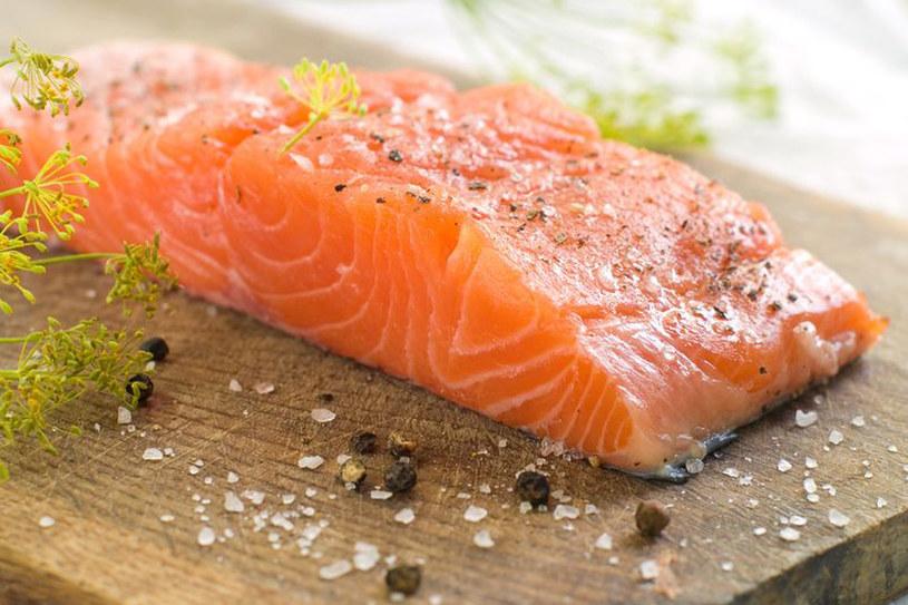 Łososia lubią nawet dzieci. Jego smak jest łagodniejszy niż śledzia, jest też mniej tłusty od karpia /123RF/PICSEL