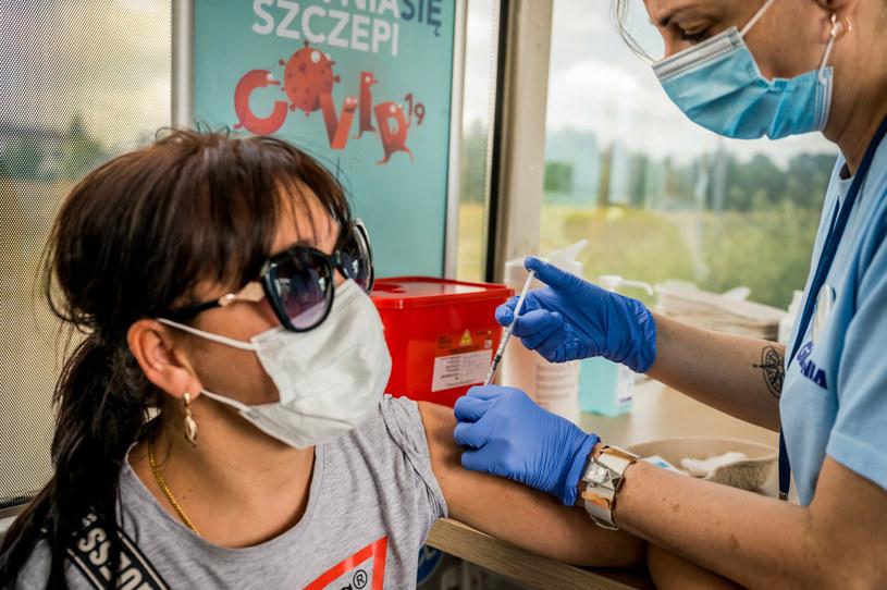 Loteria szczepionkowa ma zachęcić do szczepienia przeciwko koronawirusowi, na zdjęciu szczepienia w Gdyni /Marcin Bruniecki /Reporter