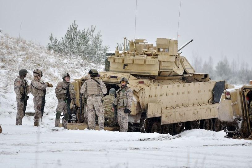 Łotewscy żołnierze przygotowują się do ćwiczeń wojskowych niedaleko Rygi /AFP