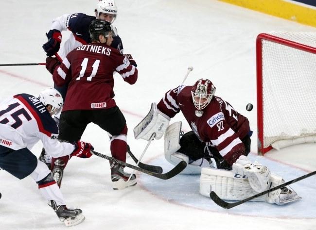 Łotewski bramkarz Kristers Gudlevskis podczas meczu z USA /PAP/EPA