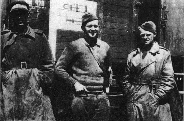 Lotnicy amerykańscy z Eskadry Kościuszkowskiej, w środku kpt Merian Cooper, 1920 /reprodukcja FoKa /Agencja FORUM
