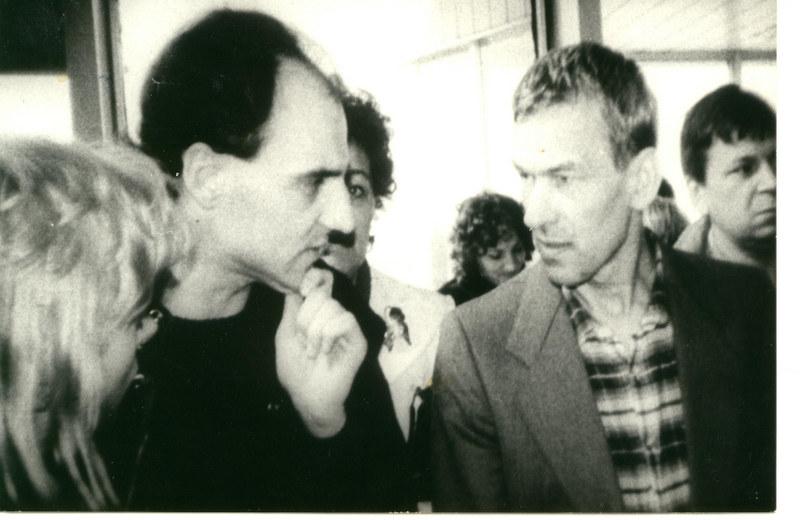 Lotnisko Okęcie. Deportacja Kornela Morawieckiego z Polski w 1988 r. (wraz ze stojącym obok Andrzejem Kołodziejem) /Archiwum autora