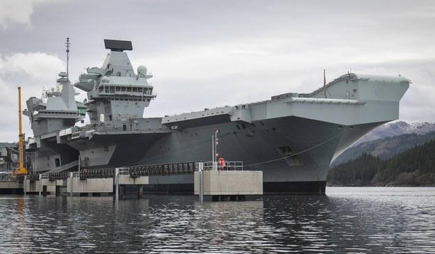 Lotniskowiec HMS Queen Elizabeth, na którym w gotowości mają być odrzutowce RAF F-35B Lightning i śmigłowce Merlin / Jane Barlow /PAP/EPA