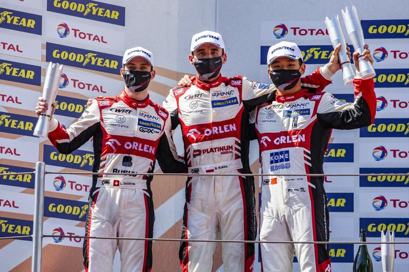 Louis Deletraz (z lewej), Robert Kubica oraz Ye Yifei na podium po wygranym wyścigu w Barcelonie /Sipa USA /East News