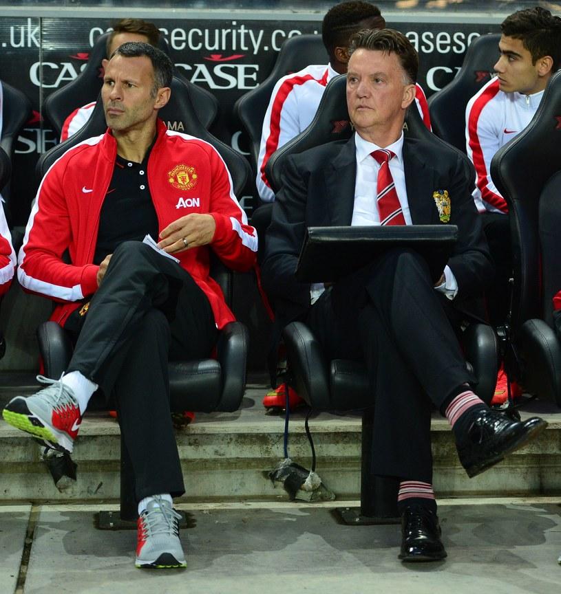 Louis van Gaal (z prawej) i jego asystent Ryan Giggs z niedowierzaniem patrzą na boisko /AFP