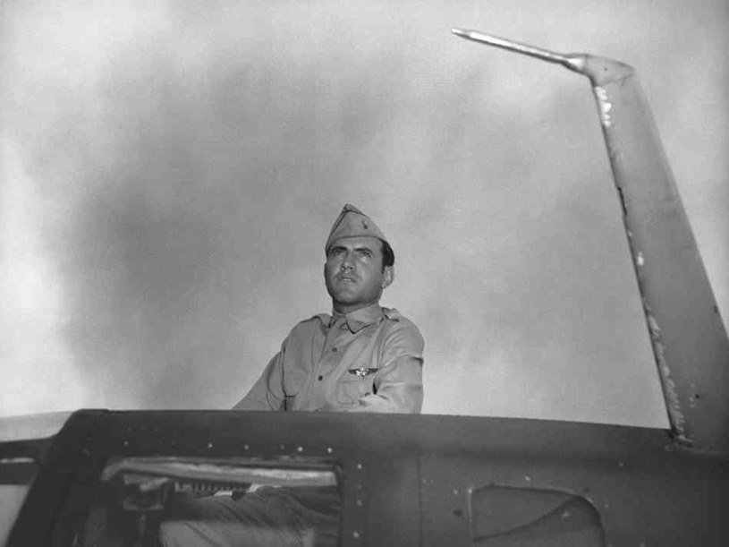 Louis Zamperini na pokładzie B-24D. Spędził 47 dni w tratwie na pełnym morzu, a później przeżył japoński obóz jeniecki /US Army /materiały prasowe