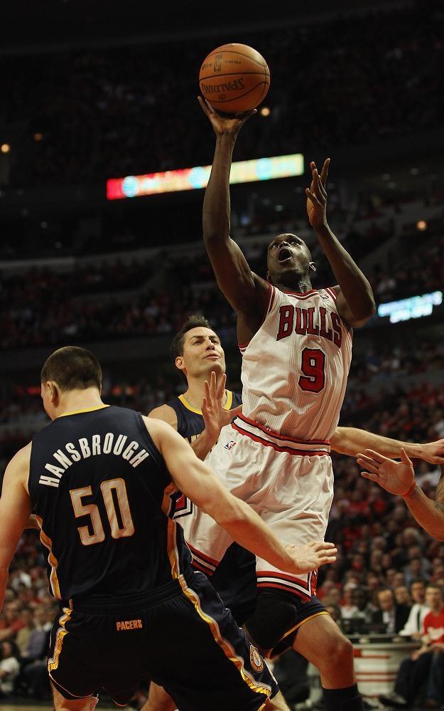 Loul Deng #9 z Chicago Bulls nad Tylerem Hansbroughem #50 i Jeffem Fosterem #10 . /AFP