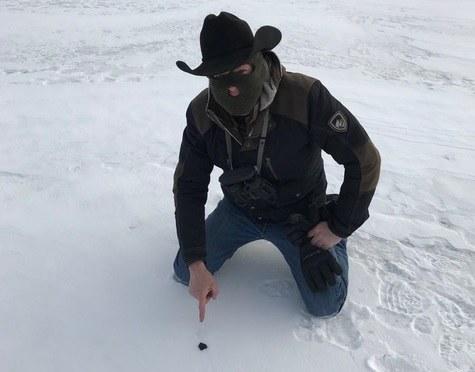 Łowca meteorytów Robert Ward i odłamek znaleziony przez niego na Strawberry Lake koło Hamburga w Michigan. /Robert Ward /Materiały prasowe