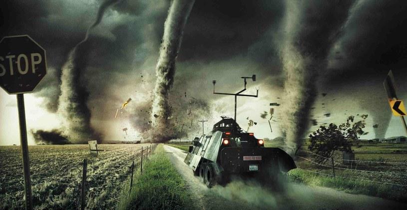 """""""Łowcy Burz"""" w swoim pojeździe pchają się w środek największych tornad /materiały prasowe"""