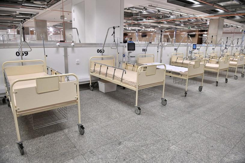 Łóżka dla chorych przygotowane na stadionie PGE Narodowy w Warszawie / Radek Pietruszka   /PAP