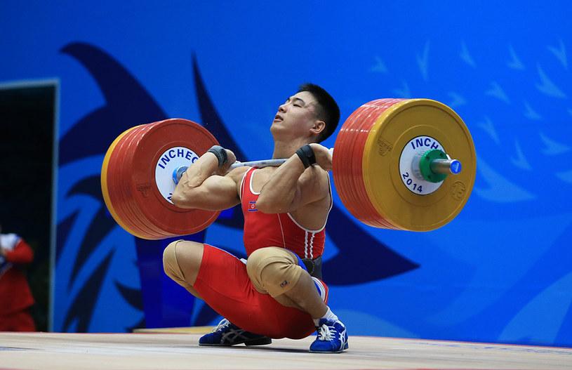 Lu Xiaojun - Złoty medalista IO z Londynu - w rwaniu i dwuboju. Kolana bardzo wyraźnie przekraczają linię palców u stóp, czy ktoś odważy się powiedzieć, że jego przysiad jest zły technicznie? /AFP