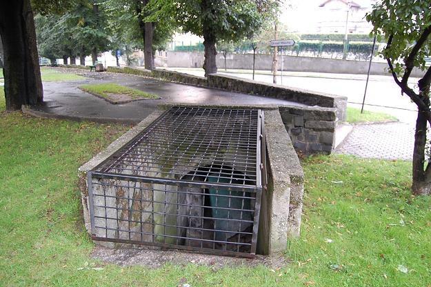 Lubań, ul. Lwówecka. Wejście i wnętrze schronu przeciwlotniczego wybudowanego przez RAD /Odkrywca