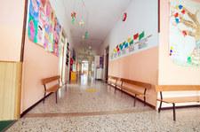 Lubelskie: Siedmiolatek chciał zdążyć na autobus. Wyskoczył z okna w sali lekcyjnej