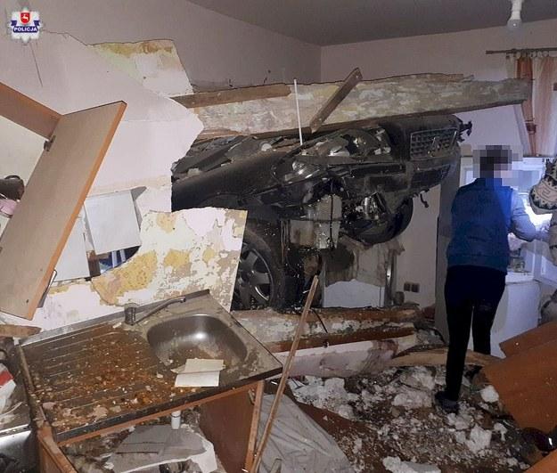 Lubelskie: Wjechał autem w dom; prawdopodobnie zasnął za kierownicą /Policja