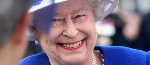 Lubi gin przed lunchem, sama prowadzi auto, komentuje seriale. Za to Brytyjczycy kochają królową
