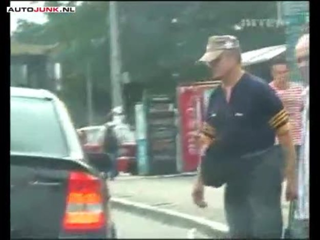 """Lubicie jeździć taksówkami? My nie. Zwłaszcza w Polsce to wciąż drogi i często bardzo ryzykowny sport. Czas spędzony na miejscu pasażera dłuży się niemiłosiernie, nudne pogawędki o pogodzie irytują zamiast relaksować. O odprężeniu w ogóle nie może być mowy, przecież powierzamy swoje bezpieczeństwo w ręce niedowidzącego, wypiętego z pasów sześćiesięcioparolatka, dumnie dzierżącego ster równie wiekowego mercedesa. Czy jest jakiś skuteczny sposób na to, by przejazd taksówka mógł stać się przyjemnością? Okazuje się, że tak. Na ciekawy pomysł wpadli ostatnio w Rosji twórcy programu rozrywkowego w stylu ukrytej kamery. Zamiast gburowatego emeryta, za kierownicą taksówki posadzili ponętna blondynkę. Słowa """"ponętna"""" użyliśmy nieprzypadkowo. Pani nie miała bowiem nic do ukrycia... Zresztą, zobaczcie sami!"""