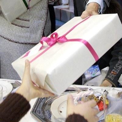 Lubimy dostawać i wręczać prezenty /AFP