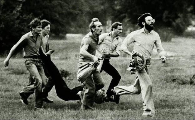 Lubin 1982. Grupa mężczyzn niesie śmiertelnie rannego Michała Adamowicza; To zdjęcie wykorzystano w reklamie wódki; źródło fot.: http://www.lubin82.pl /KRZYSZTOF RACZKOWIAK /Internet