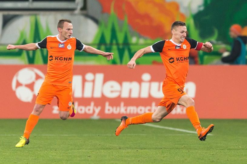 Lubin Krzysztof Janus (z lewej) i strzelec dwóch bramek dla Zagłębia Arkadiusz Woźniak /Maciej Kulczyński /